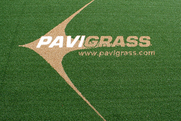 Logo Pavigrass en cesped artificial