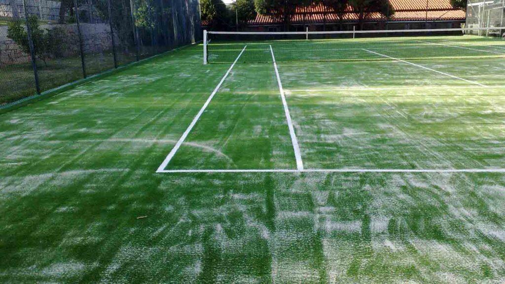 Pista de tenis en césped artificial